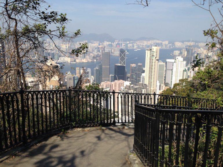 Hong Kong Sehenswürdigkeiten: Wanderweg vom Peak in die Stadt mit Wolkenkratzern im Hintergrund