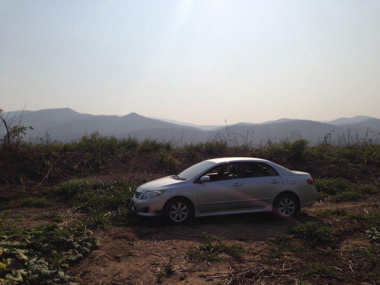 Mietwagen Thailand: Fahrzeug in thailändischer Landschaft