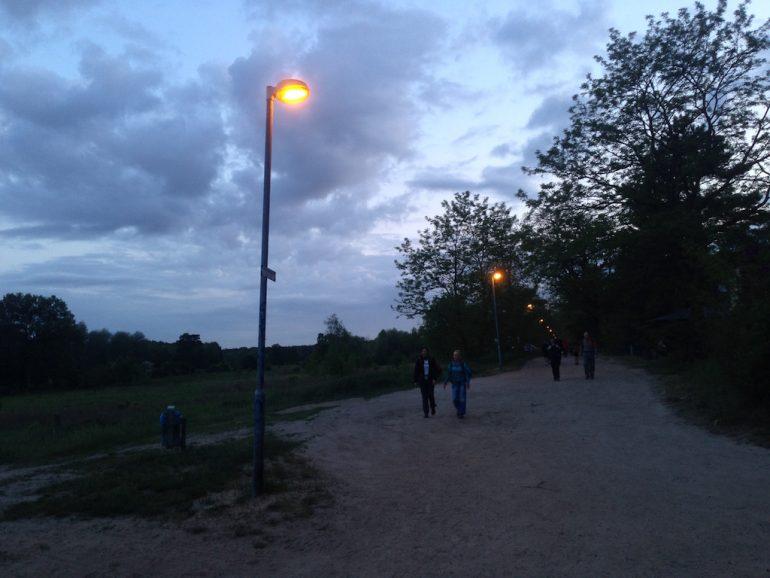 Wanderer auf einer schwach beleuchteten Strasse