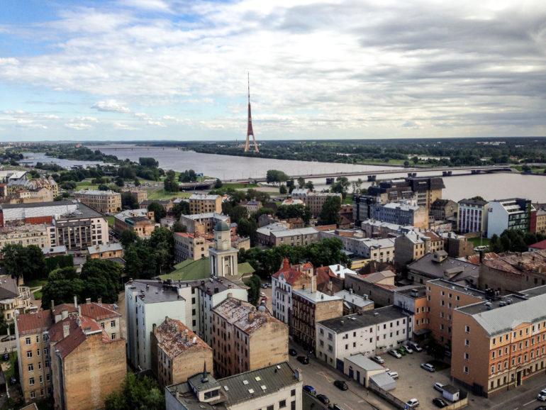 Baltikum: Ausblick über Riga mit Häusern und Wasser