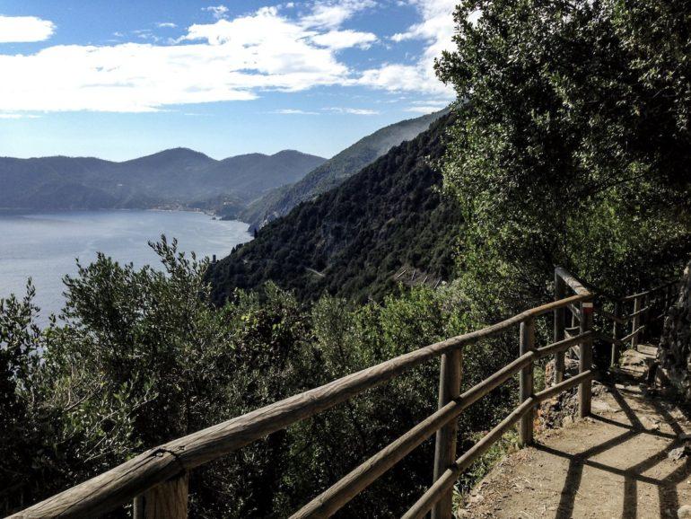 Cinque terre wandern: Blick vom Wanderweg auf die Küste