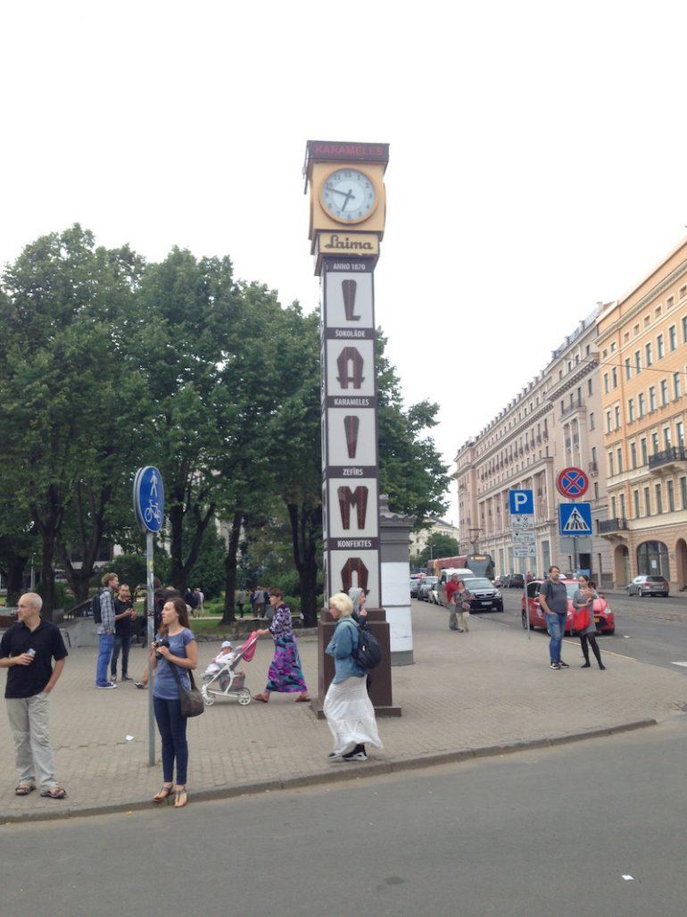 Baltikum: Menschen vor der Laima Uhr in Riga