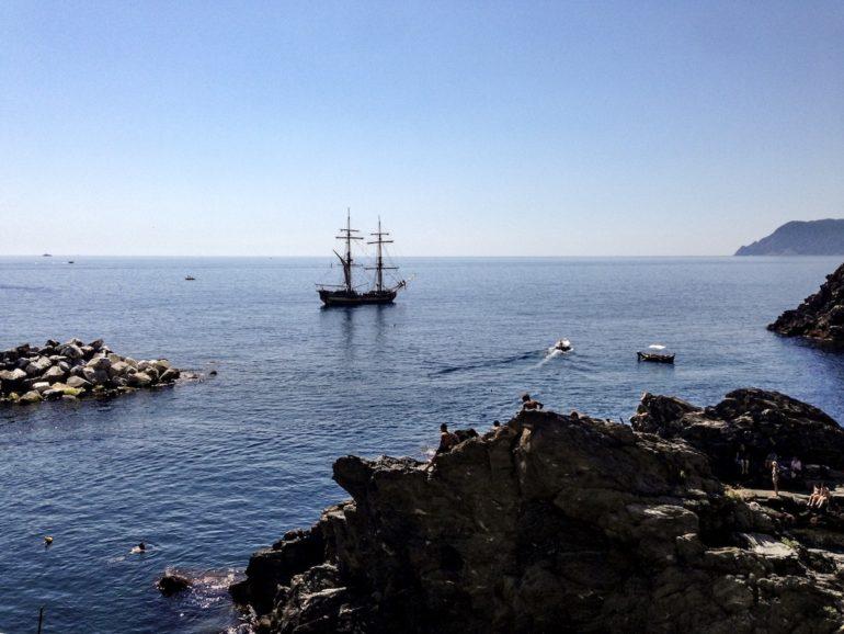 Cinque Terre wandern: Schiff und Badegäste in Manarola