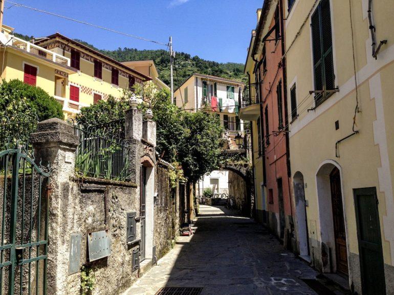 Cinque Terre wandern: Strasse und Häuser in Monterosso