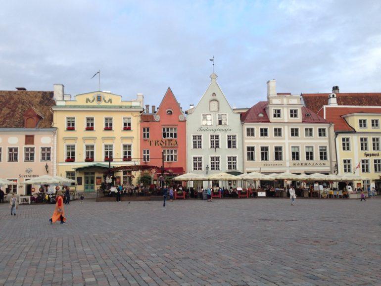 Baltikum: Häuser und Markplatz in Tallinn