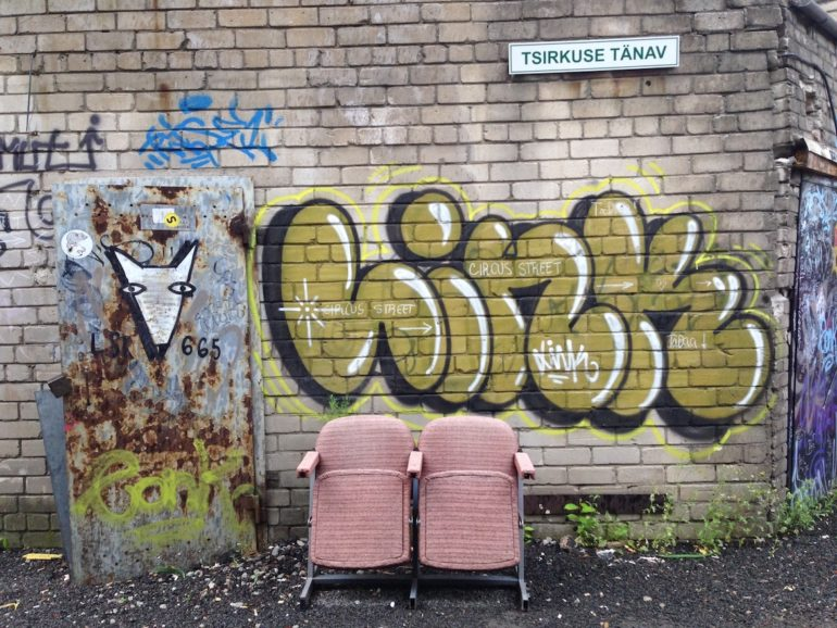 Baltikum: Alte Stühle und Grafitto in Telliskivi