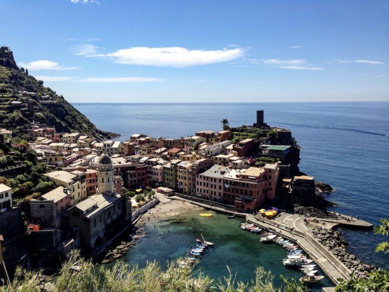 Cinque Terre wandern: Bucht mit Häusern in Vernazza