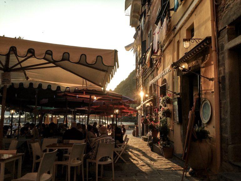 Cinque Terre wandern: Sonnenuntergang über einem Restaurant in Vernazza