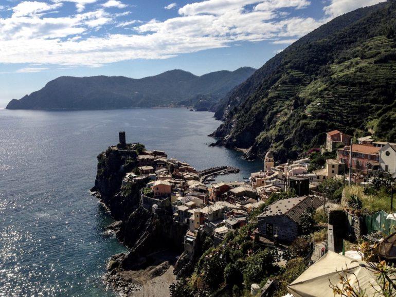 Cinque Terre wandern: Häuser auf Felsen in Vernazza