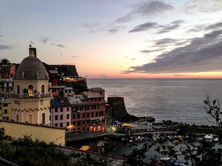 Cinque Terre wandern: Häuser in der Bucht von Vernazza