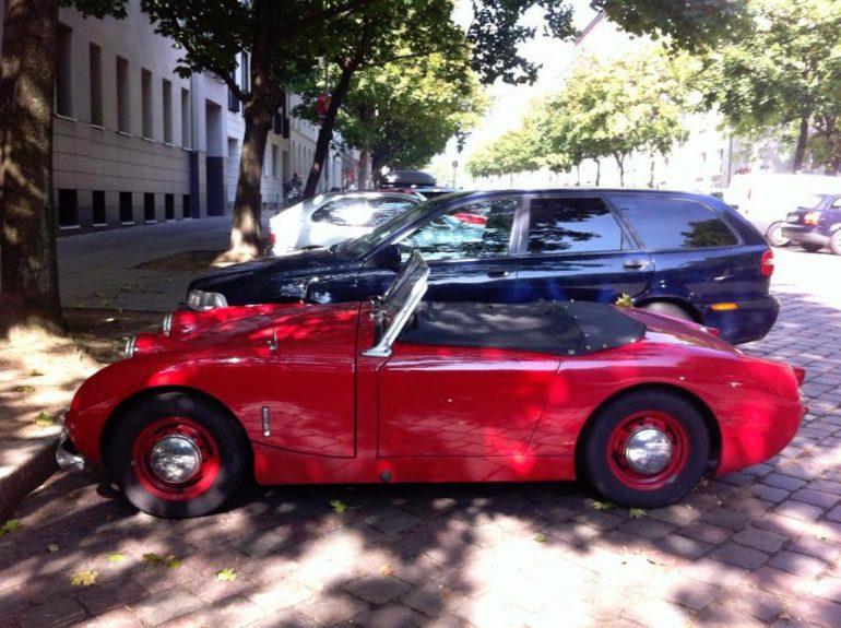 Oldtimer Berlin: Strasse mit rotem Austin Healey Sprite