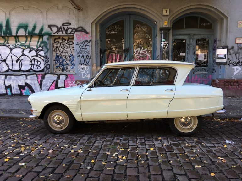Oldtimer Berlin: Citroën Diane vor Grafitti in Kreuzberg