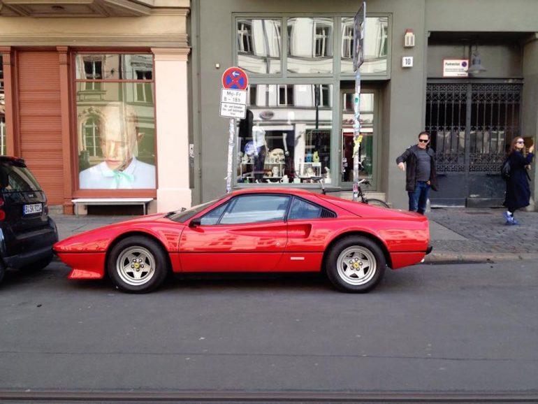 Oldtimer Berlin: Ferrari 308 vor Schaufenstern