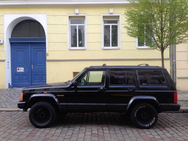 Oldtimer Berlin: Jeep Cherokee vor Hauswand