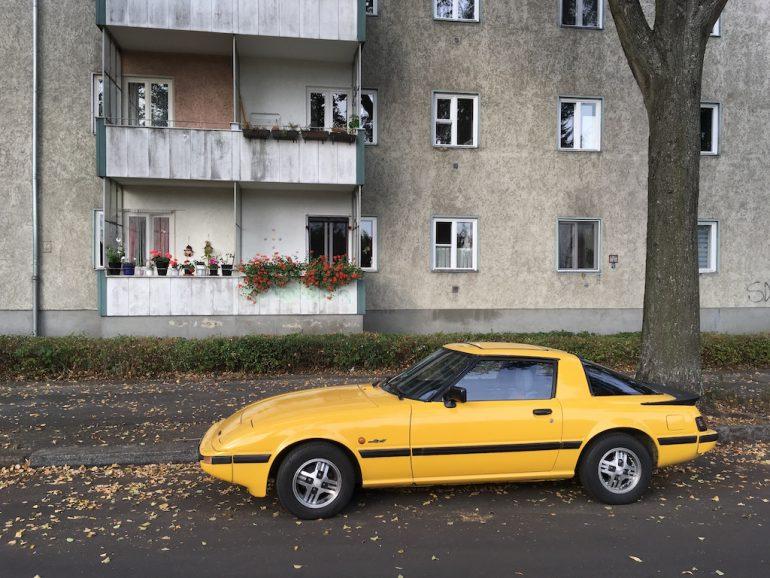 Oldtimer Berlin: Gelber Mazda RX-7 vor Hauswand