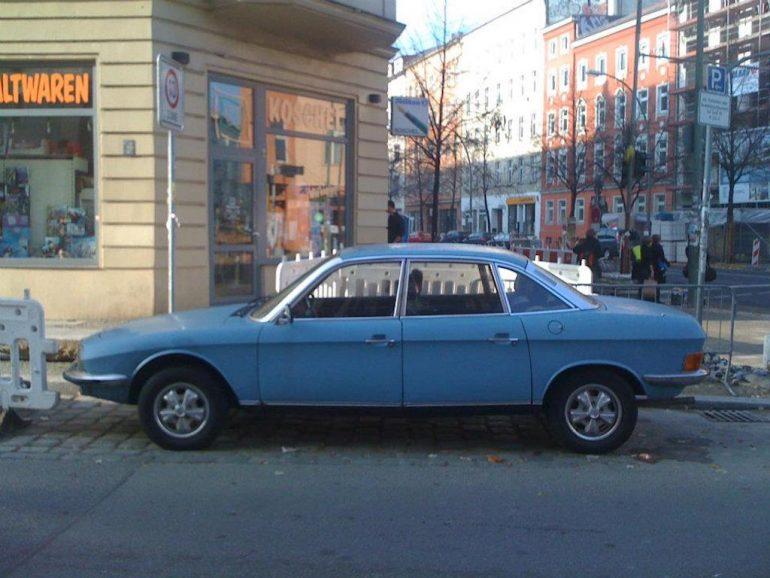 Oldtimer Berlin: Blauer NSU RO 80 vor Hauswand.
