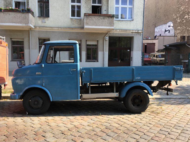 Oldtimer Berlin: Blauer Opel Blitz vor Hauswand