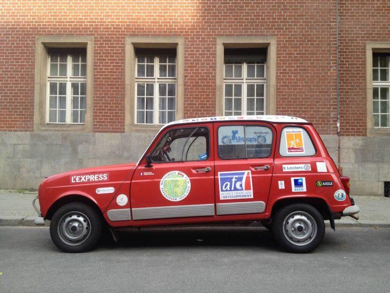 Oldtimer Berlin: Roter Renault R4 vor Backsteinwand
