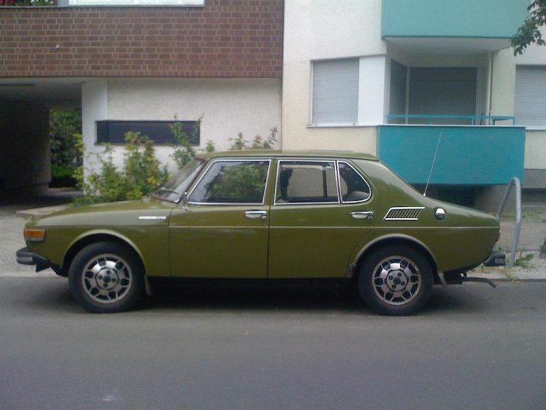 Oldtimer Berlin: Grüner Saab 99E vor Hauswand mit Balkonen