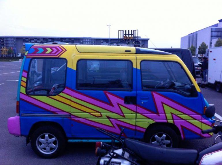 Oldtimer Berlin: Suzuki Every Wagon auf Parkplatz