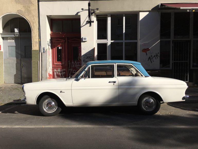 Oldtimer Berlin: Ford Taunus 12M vor Hauswand
