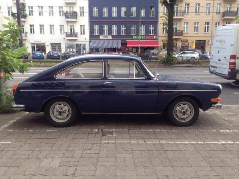 Oldtimer Berlin: VW 412 Coupé in Blau auf Parkplatz