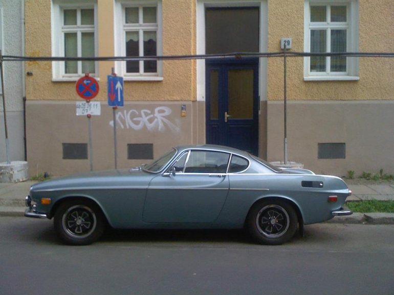 Oldtimer Berlin: Volvo P1800 vor Hauswand