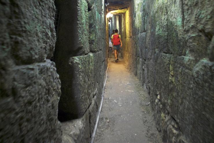 Mensch in Tunnel unter Jerusalem