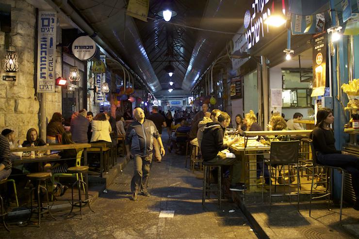Menschen am Abend im Mahane Yehuda Shuk in Jerusalem