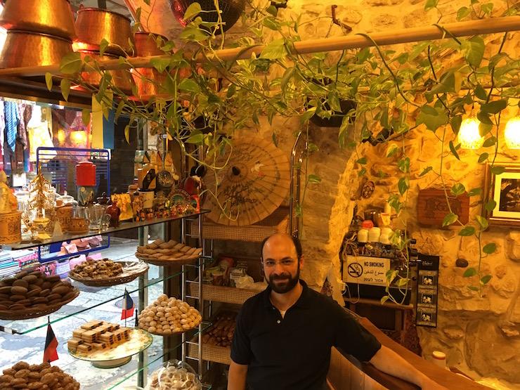 Verkäufer mit Produkten in der Shawar Bakery Jerusalem