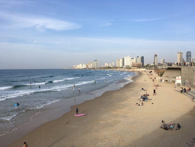 Jerusalem: Strand und Gebäude in Tel Aviv