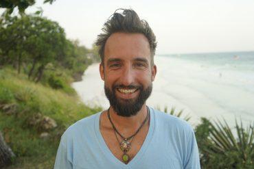 """""""Marco Buch"""" vor einem Strand in Kenia"""
