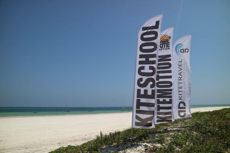 Kenia Strand: Flaggen, Sand und Meer am Galu Kinondo Beach