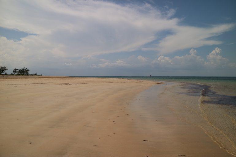 Strände Keni: Weiter Strand und Wasser in Manda Toto