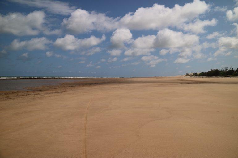 Kenia Strand: Mambrui Beach mit Meer und Wolken