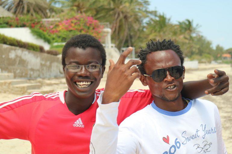 Kenia Strand: Zwei Einheimische lächeln am Mambrui Beach