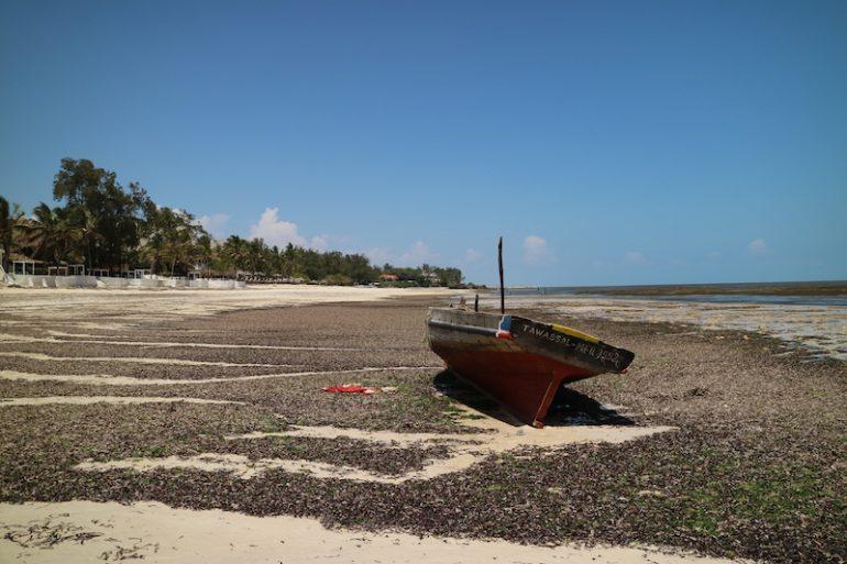 Kenia Strand: Boot auf dem Trockenen am Mambrui Beach