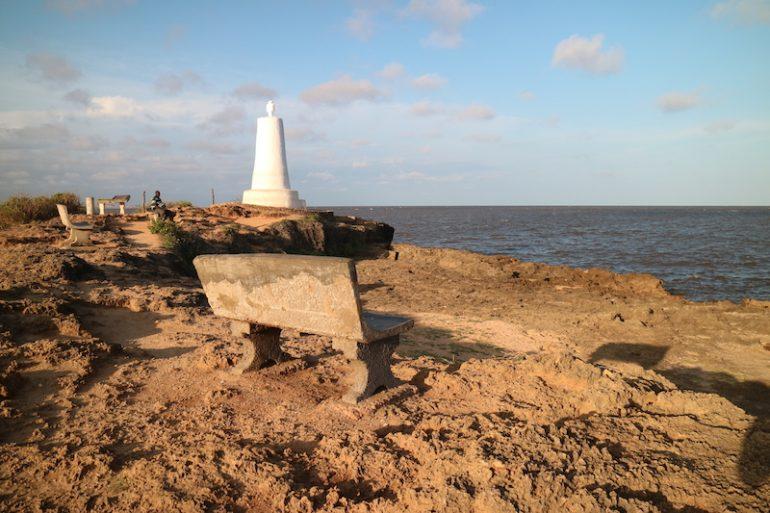 Kenia Strand: Vasco-da-Gama-Kreuz vor dem Meer