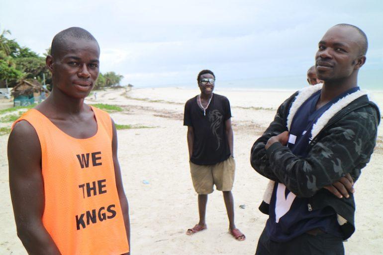 Kenia Strand: Einheimische am Nyali Beach