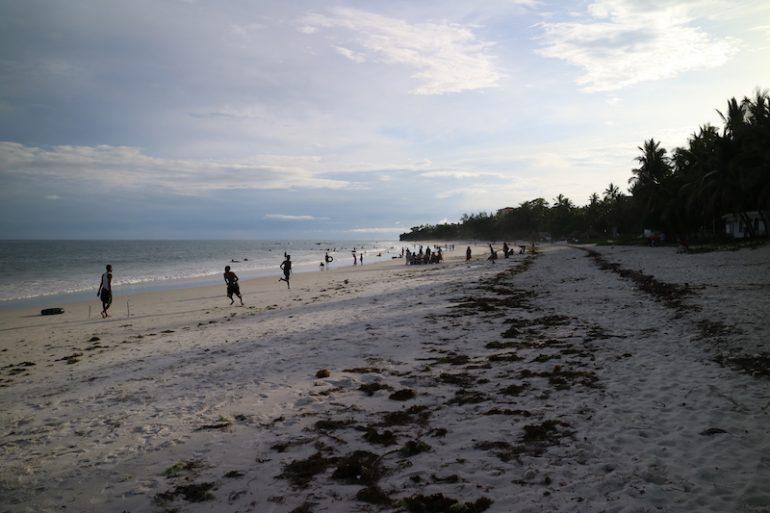 Kenia Strand: Einheimische spielen Fussball am Nyali Beach