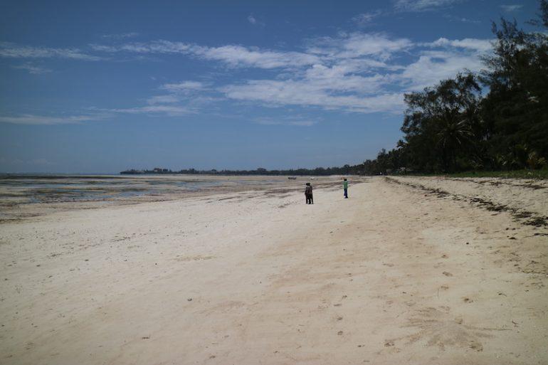 Kenia Strand: Menschen am weiten Kenyatta Beach