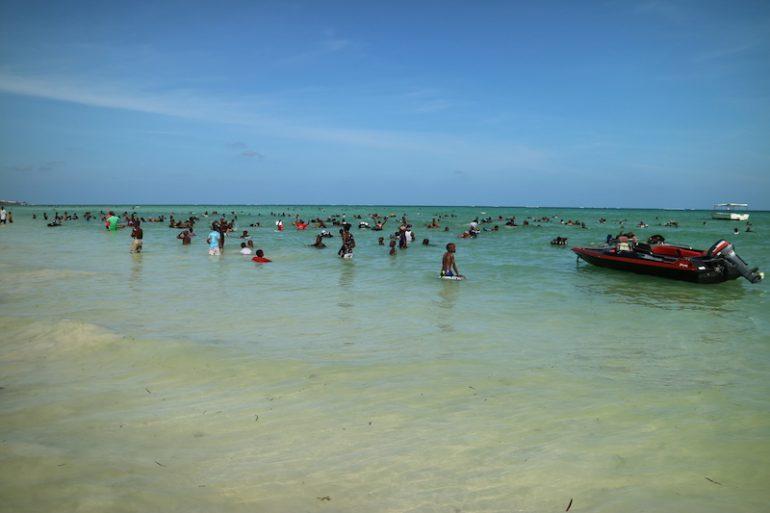 Kenia Strand: Viele Menschen im Wasser am Kenyatta Beach