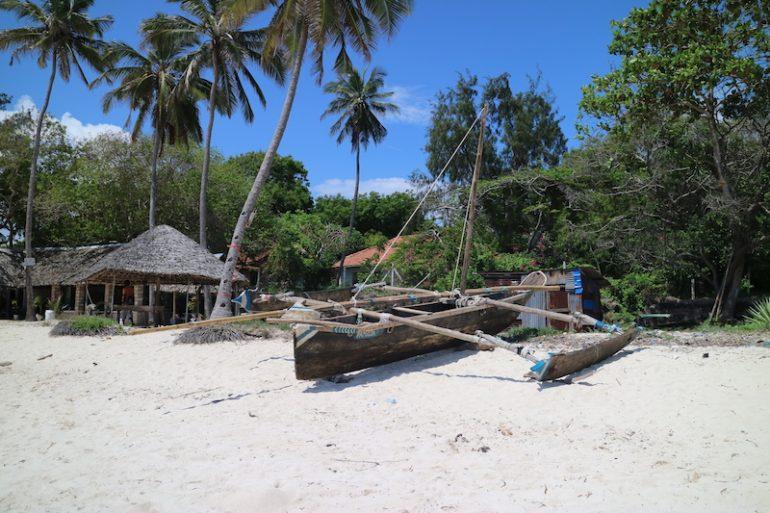 Kenia Strand: Boot, haus und Palmen am Kikambala Beach