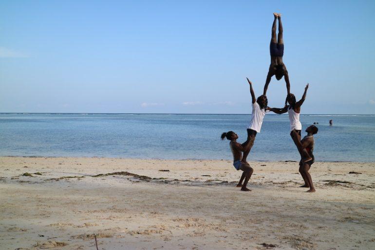 Kenia Strand: Menschenpyramide am Kikambala Beach