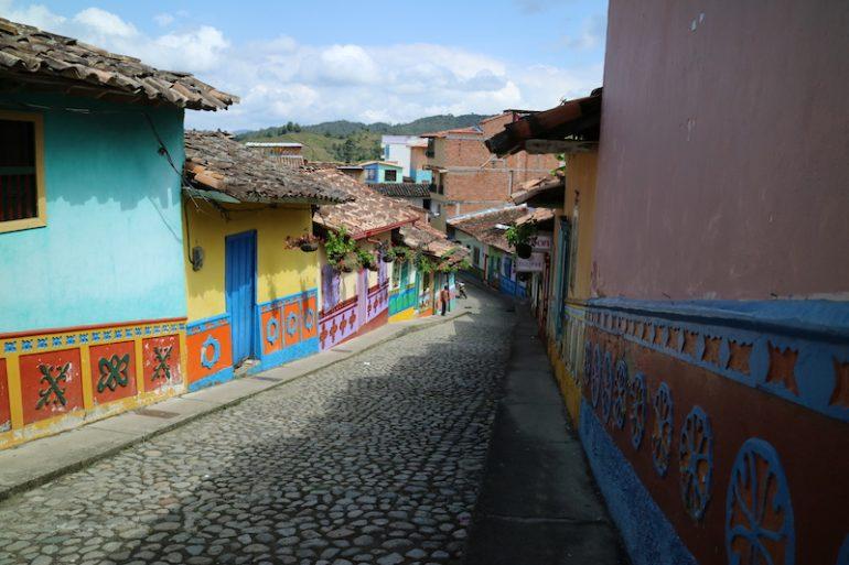 Strasse mit bemalten Häusern in Guatape