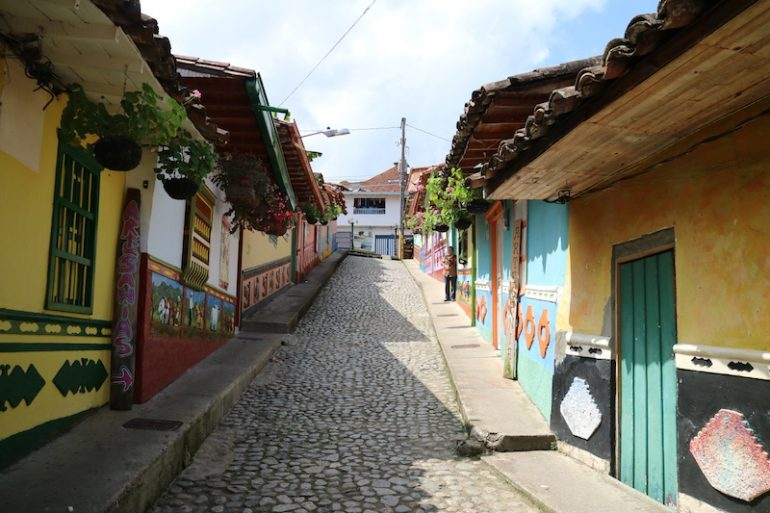 Bemalte Häuser an einem Hang in Guatape