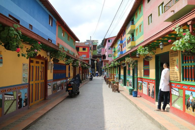 Bemalte Häuser an einer Strasse in Guatape