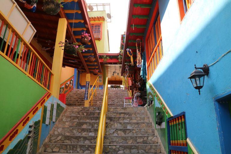 Treppe zwischen bemalten Häusern in Guatape