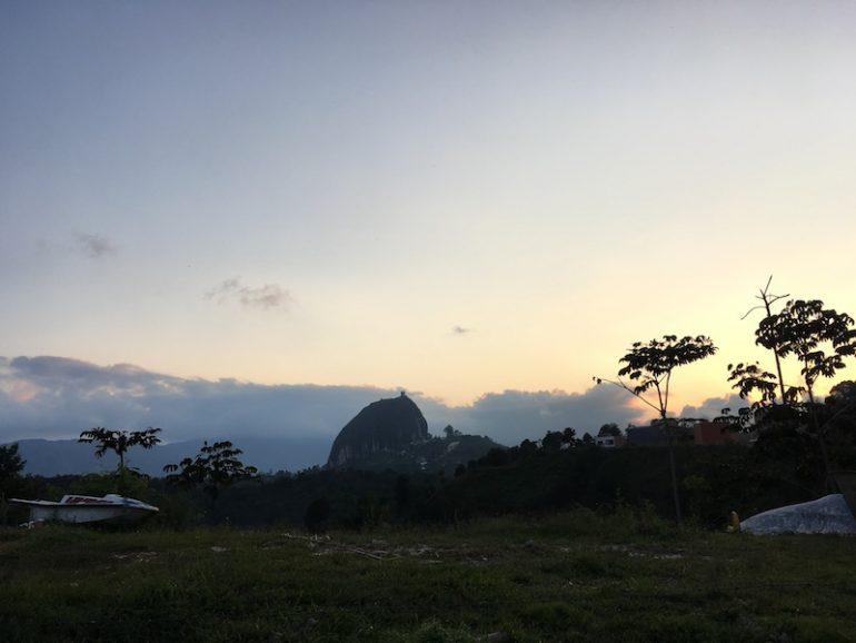 Der Felsen von Guatape im Sonnenuntergang
