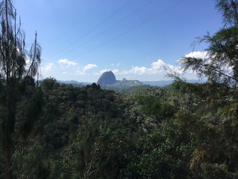 Blick durch Dschungel auf den Felsen von Guatapé